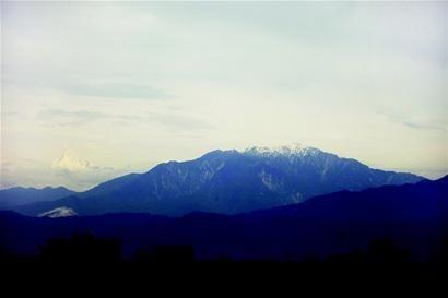 """一图览七峰,网友""""丘寒""""在郫县拍到的雪山照片引发网络热议."""
