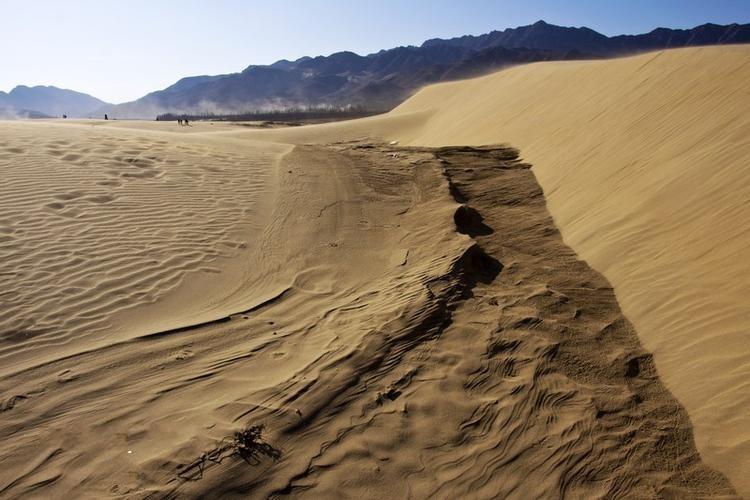 群山,戈壁,沙漠,湖泊,古烽火台以及山村中的老戏台构成了一道独特的风