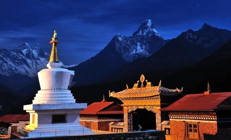 【目的地介绍】 尼泊尔位于喜马拉雅山脉中段南麓。北面与我国西藏毗邻,东界锡金,东南、西、南与印度接壤。这是一个长方形的国家,面积为145,391平方公里。尼泊尔被世人视为「伟大的小山国」(A Great Little Country),在面积145,391平方公里土地上,有超过四分之一的土地高度在海拔3,000公尺以上,狭长的高山地形,有三分之一是森林。 尼泊尔境内拥有八座超过8,000m的山峦。 尼泊尔入选BBC假日节目中一生必去的世界30个旅游目的地之一。它虽被称为高山王国,但加德满都海拔仅有1
