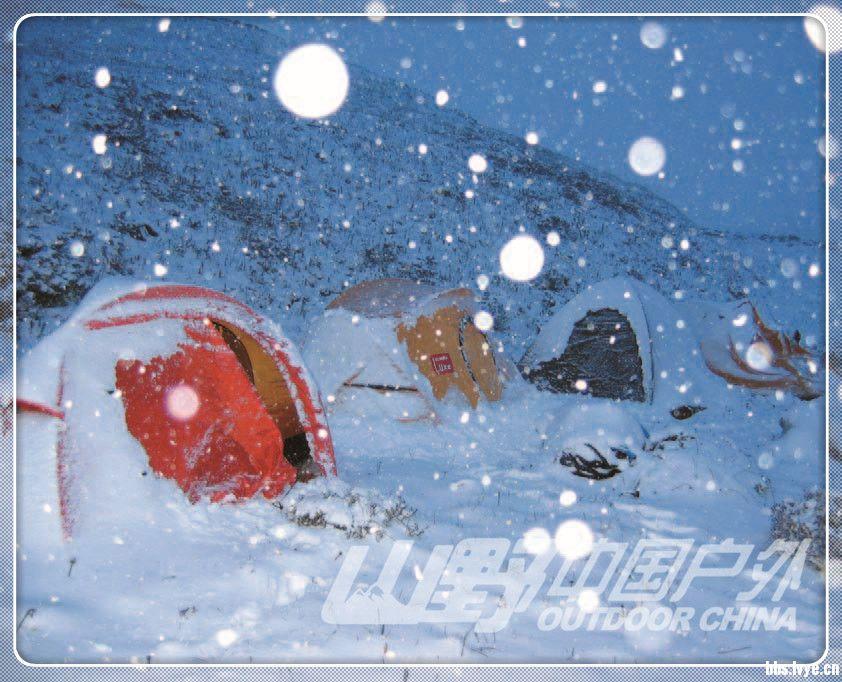 >营地规划与建设 按照功能可将营地划分为四大区域:帐篷露营区、用火就餐和公共娱乐区、取水用水区和卫生排泄区。 营地规划原则 1.营地规划时要充分考虑帐篷露营区睡眠的舒适性以及生活功能的便利性,以各功能区之间干扰小为佳。 2.帐篷宿营区通常处于最上风位置,且营地地面最为平整;其次为用火就餐区,该区应在帐篷区下风处,并与帐篷区保持适当距离,以防火星烧毁帐篷;公共娱乐区应处于用火就餐区下风位置;处于下下风位置的是卫生排泄区,并与其他区域保持相当的距离,这样可以避免排泄时营地香味四溢;取水用水区应在溪流及