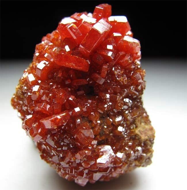 看洞穴中隐藏的矿石晶簇 宝石般的美丽