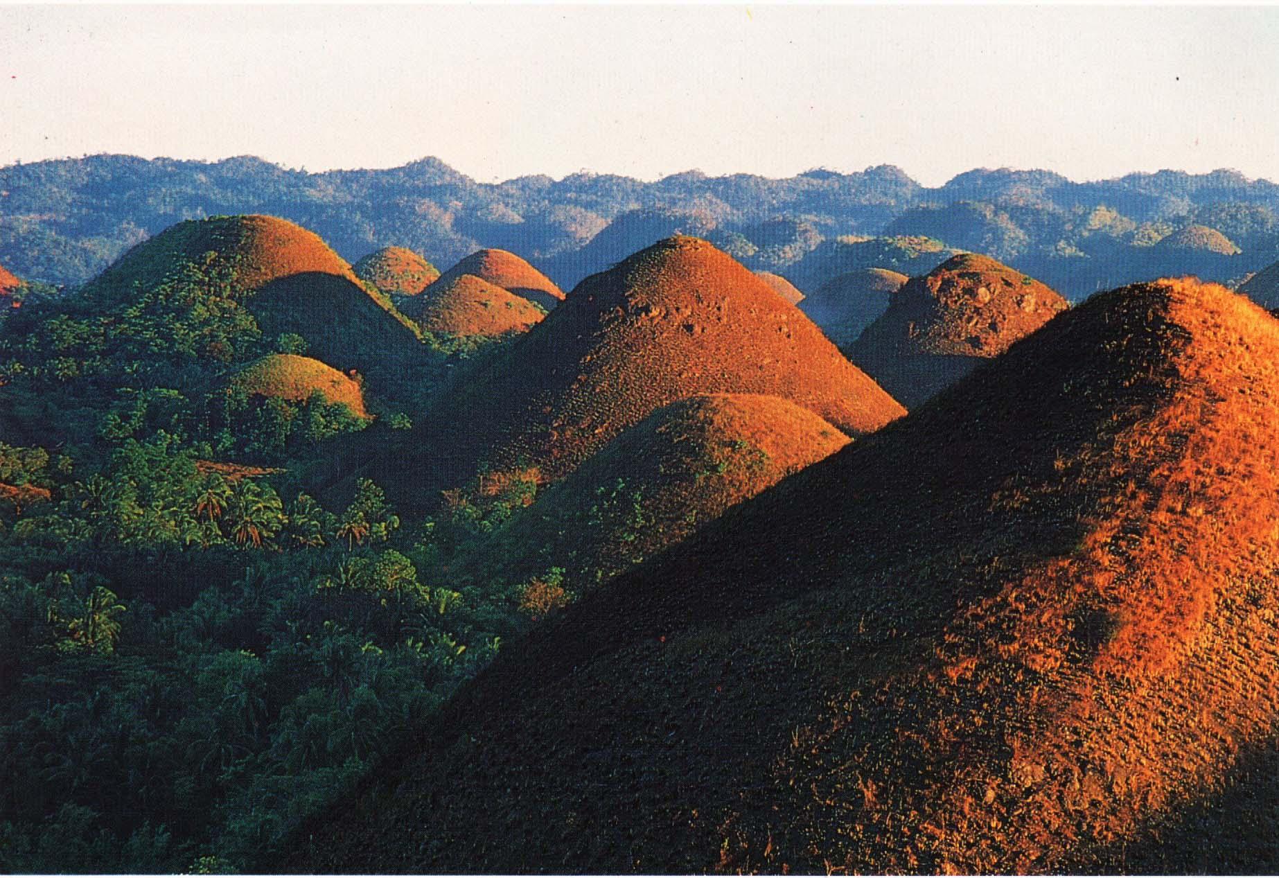 巧克力山由1268个面积相同、几近完美的圆锥形山丘组成,占地达50平方公里。这些山丘像田野上的干草堆一般紧挨在一起。有些有圆顶,其他的呈锥形。它们上面覆盖着乱草,在雨季时色彩呈彩绿。在2~5月份的旱季里,炎热的太阳将这些草晒干,变成巧克力般的褐色。山丘的名字便是这个得来的。