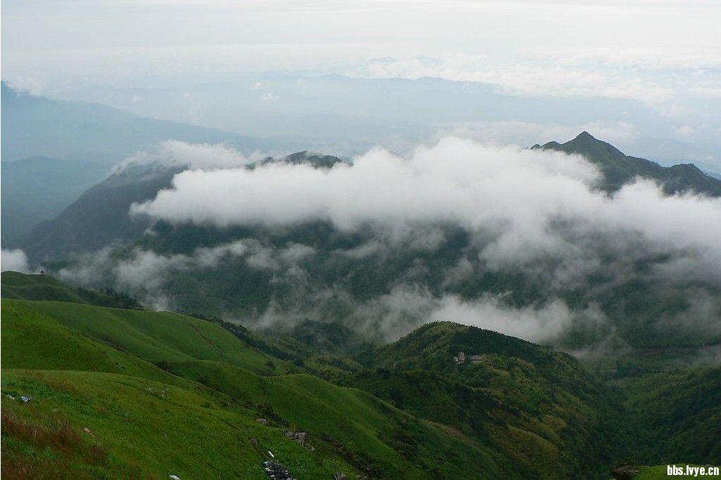 地处罗霄山脉北段,横亘湘赣两省,绵延起伏120余公里,主峰金顶白鹤峰