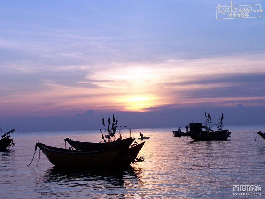 涠洲岛:这里是涠洲岛。中国最干净的海域,最漫长的无人沙滩,无污染的生猛海鲜,老教堂、香蕉林、古渔村、小渔船、火山石最重要的是,这里很安静。找一片属于你自己的沙滩,无人打扰。 斜阳岛:有人说,如果你喜欢一个地方,甚至希望可以居住在那里,那就证明你是爱了。 爱上一个地方有的时候还真象是恋上一个人一样,是不知不觉的,也是无可救药的。 从斜阳岛回来,还总是时不时想起那里,总想写一些文字,贴几张图片,纪念它。 【活动时间】:2014年12月22日-2015年12月28日(6+1天) 【活动主题】:涠洲岛梦幻圣诞节-