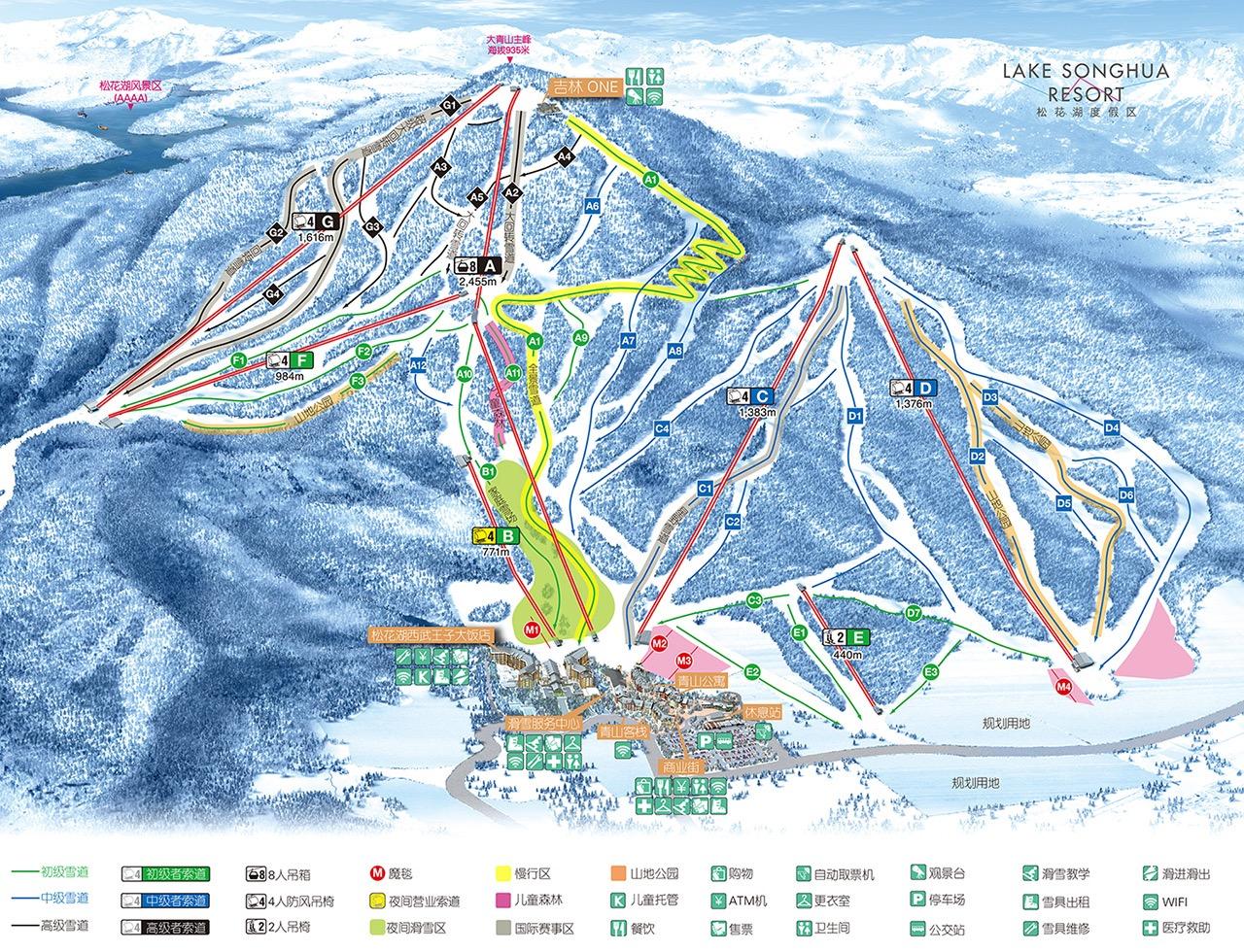 2015年1月3日,中午午休与朋友开车从单位去的万科松花湖青山滑雪场踩踩点,从吉林市区的江南北华大学附近出发,开车大概20多分钟,行程19公里远就来到了雪场,保守的讲,这可能是全国离市区最近的完整设施的雪场,整体规划非常漂亮,基础设施基本完成,青山小镇非常漂亮,恍如来到了欧洲滑雪小镇,步行几分钟就能进入雪场,现在只开了初级索道,1月16日正式开业,到时高山索道才能开,溜达了一会儿,心情格外好。1月9日电话得知雪场只在每周的周五、周六、周日开夜场,下班后与同事一同来到雪场滑夜场,16:00-17:30分为平