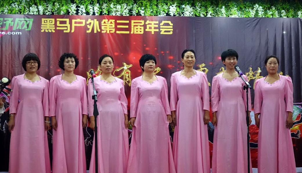 蔚蓝团队表演女声小合唱:《红梅赞》,清新脱俗,掌声如潮.