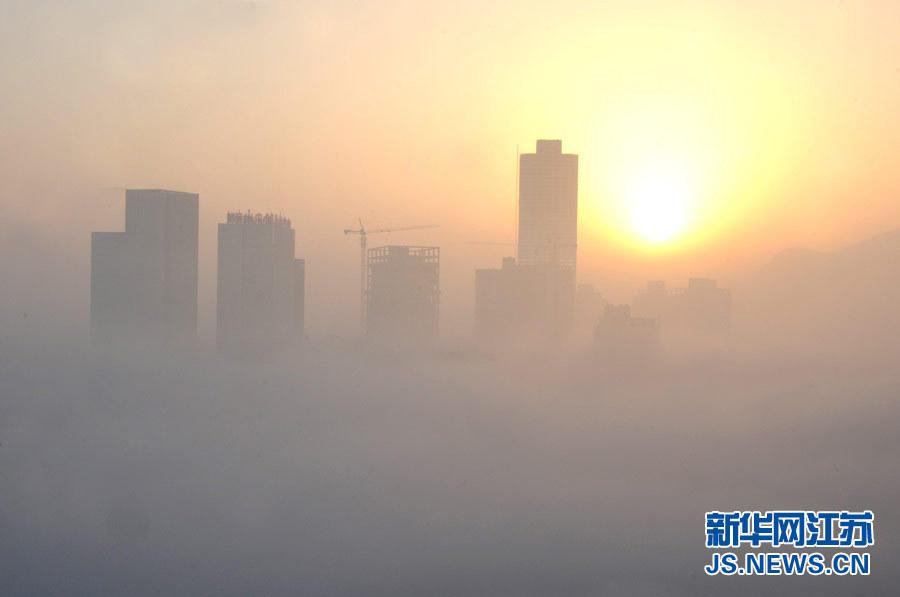 17日清晨,随着气温升高,江苏省连云港市海滨出现平流雾,从海上涌起的大量的海雾,大部分海滨城高层建筑被大雾笼罩,在云山雾海中时隐时现,如梦如幻的场景使海滨城犹如海市蜃楼一般。连云港日前现平流雾景观,大部分沿海高层建筑被笼罩,网友称远观如海市蜃楼。
