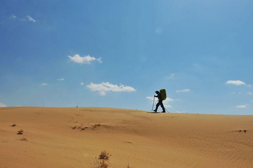 孤独沙漠手绘图片