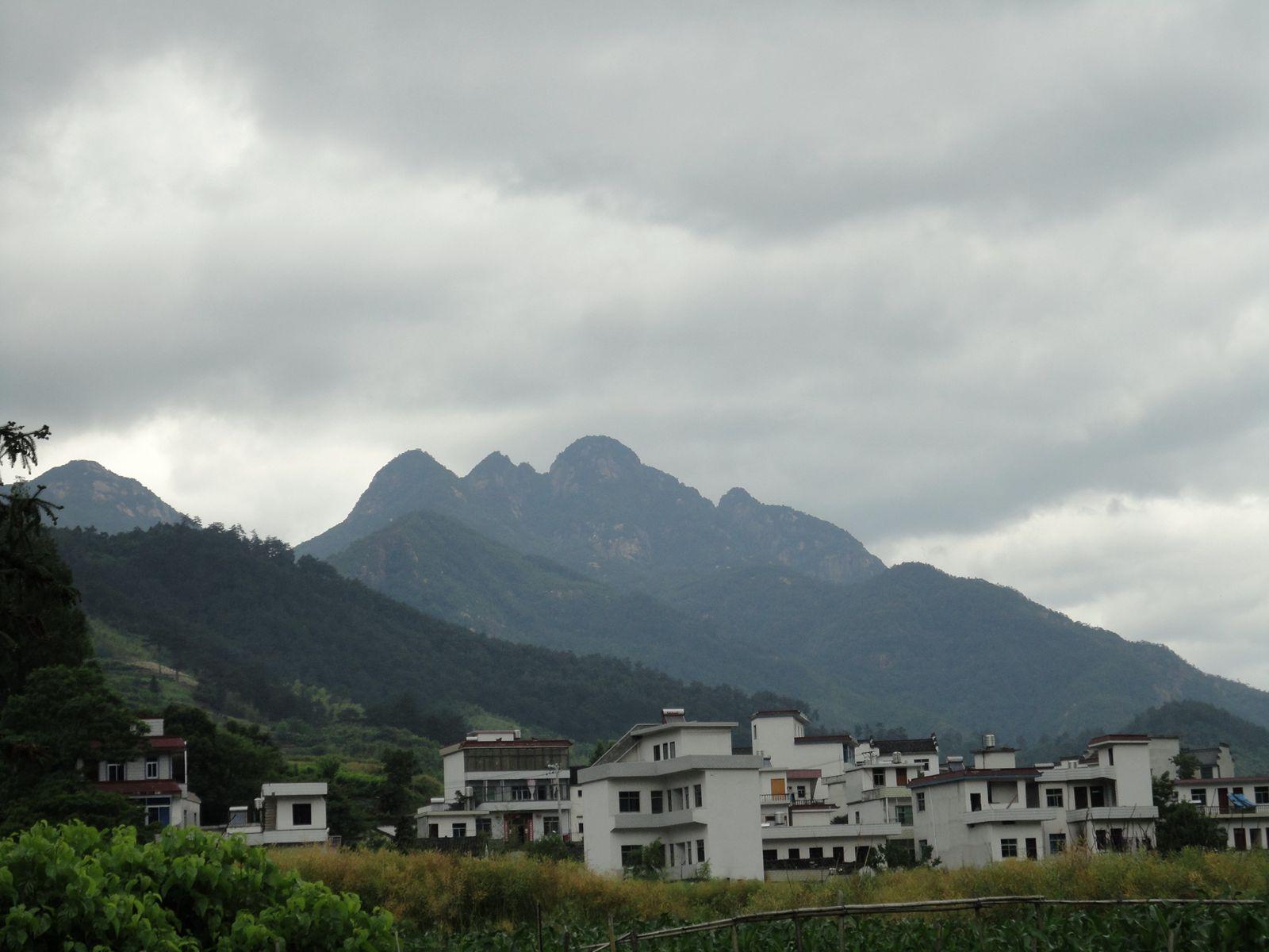 远处的山峰像一伟人的头像