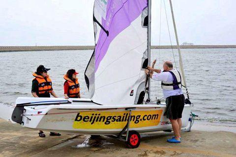 帆船运动让我们在海浪上冲