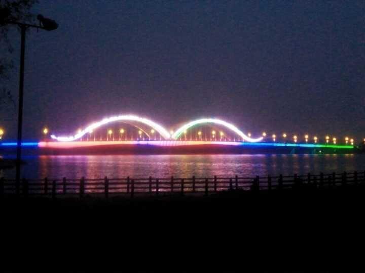 夜晚的襄平大桥 襄平大桥跨在太子河上,是辽阳市老城区与河东新区联接的四座大桥之一,也是最大最宏伟的一座, 以太阳神鸟 振翅翱翔为主题规划建设的襄平大桥,使河东新城全面实现跨河发展的战略目标,加速其发展建设。其中,襄平大桥(原宏伟大桥)全长803米,她联接两岸,让古老的襄平城形成一个整体,在太子河的沫浴下,更是辽阳人民好的生息区,每到夜晚,这里灯火通明,襄平大桥在灯光的映衬下,更加妖娆,人民在这休闲,享受快乐生活,