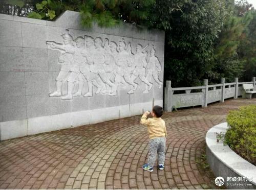 分别写有德兴革命烈士纪念碑