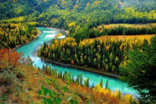 D1 白哈巴 ---> 那仁牧场 白哈巴村(白哈巴景区)被称为西北村和西北哨,位于新疆阿勒泰地区哈巴河县铁热克提乡境内,位于中国与哈萨克斯坦接壤的边境线上,距哈萨克斯坦东锡勒克仅1.5公里,有国防公路相通。白哈巴村被誉为中国最美的八个小镇之一,图瓦人独特的民族服饰、宗教崇拜及风俗习惯也受到更多人的青睐。  D2 那仁牧场 ---> 双湖 如果要去看4号界碑,D1和D2走的马道会不同,所以路上的风景也会不同。看4号界碑的话会横穿整个那仁牧场。看双湖要赶在5点前到,这样可以在日落前看到美丽的倒影,