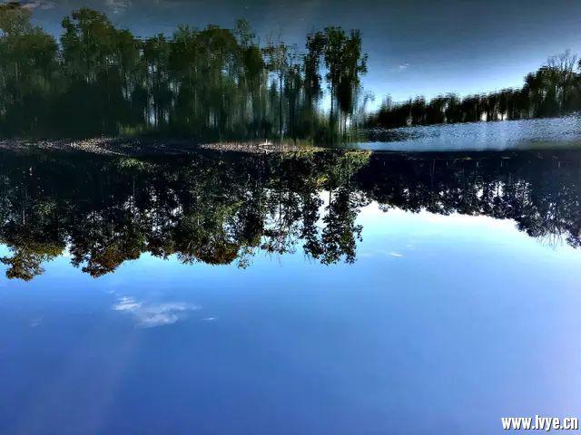 如镜的湖面.jpg