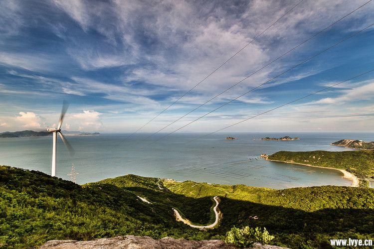 "[qq]429307882[/qq ] 高栏岛 古称""皋兰"",谓之""五峰桀竖如指,谷多兰卉"",其亘古以来的""飞沙奇景""为南国罕见的一大奇景,是古代海上丝绸之路的的天然海岸航标,我们本次海岸线穿越将会经过飞沙滩,三浪湾,西枕湾三个沙滩。 高栏岛岩画在珠海市西南约50公里的高栏岛西南部空镜湾。这里海水清澈,沙粒细小,岩石耸立,是古人类曾生活过的场所。 三个海滩宛如是镶嵌在在高栏岛东隅的三颗明珠,我们一起完成的海岸线穿越仿佛就是拉着一根银亮的丝线把三颗"