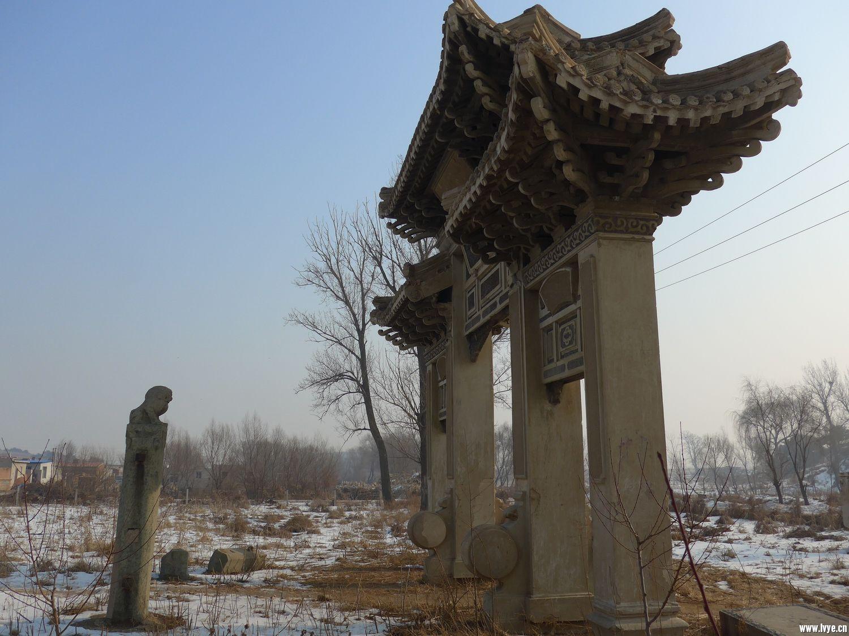 杨宇霆墓前的词牌