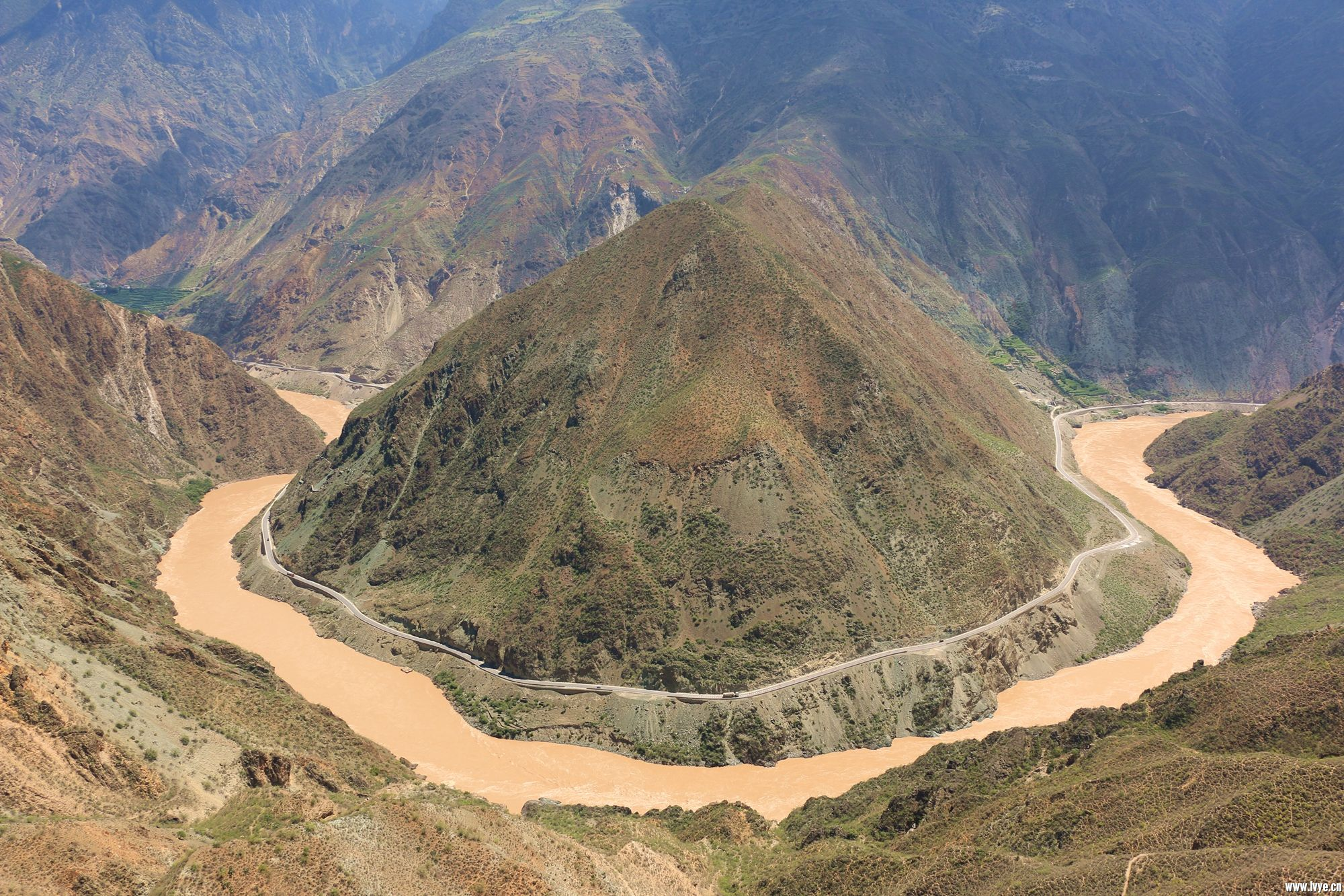 金沙江第一弯(如雅鲁藏布江大拐弯也是称弯)穿山越谷而来的金沙江, 位置 位置 由此水势更加浩荡,峡谷逐渐 ...