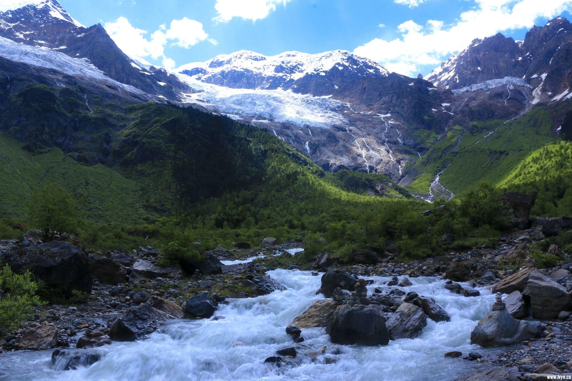过这条河就是往冰湖方向