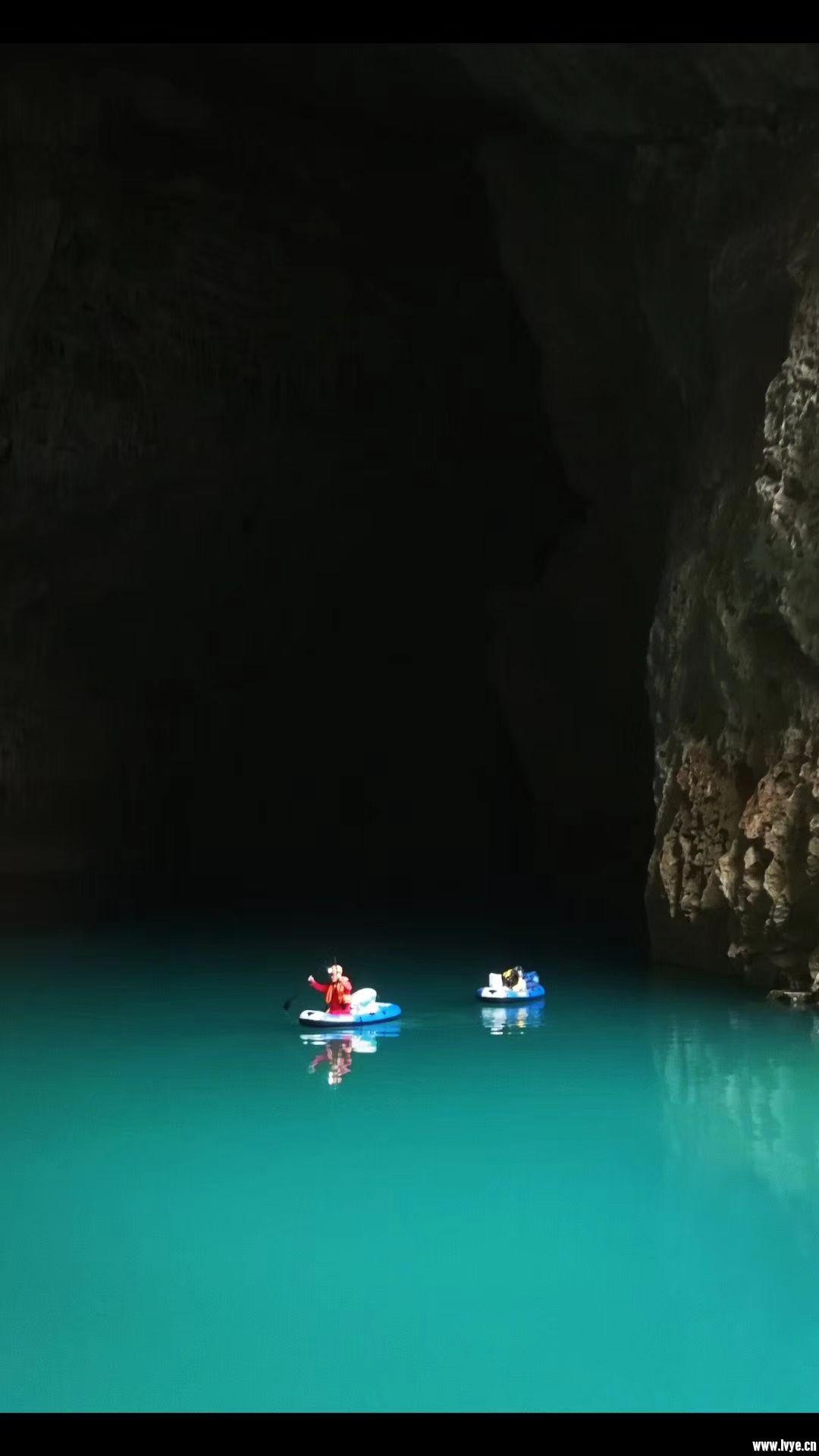苗厅洞口是地下河的出口,必需划船进入!