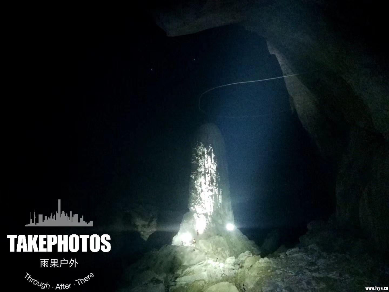 看!下面像蚂蚁的红点九是我们探险队员,可见钟乳石巨大无比