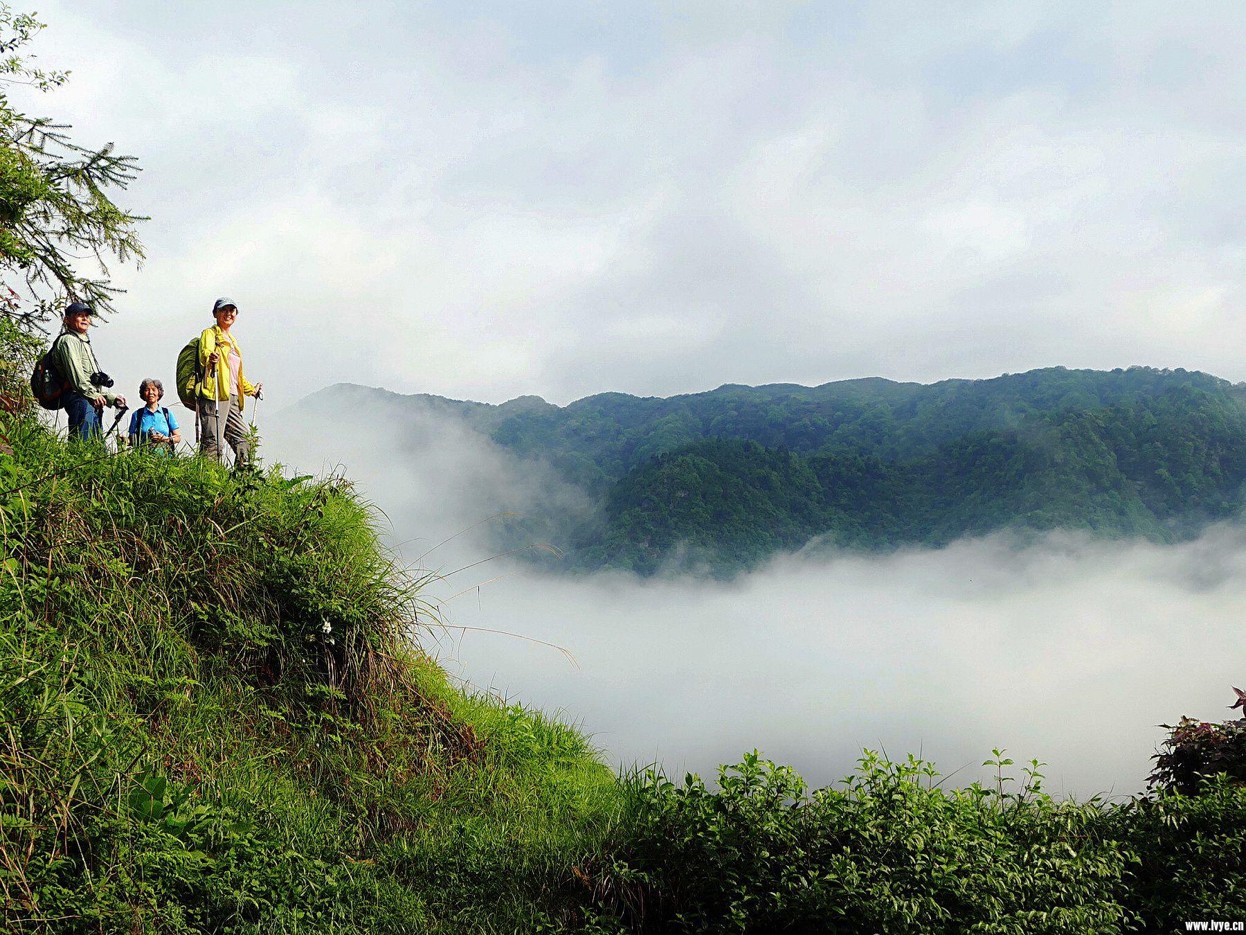 我们站在云上观山景