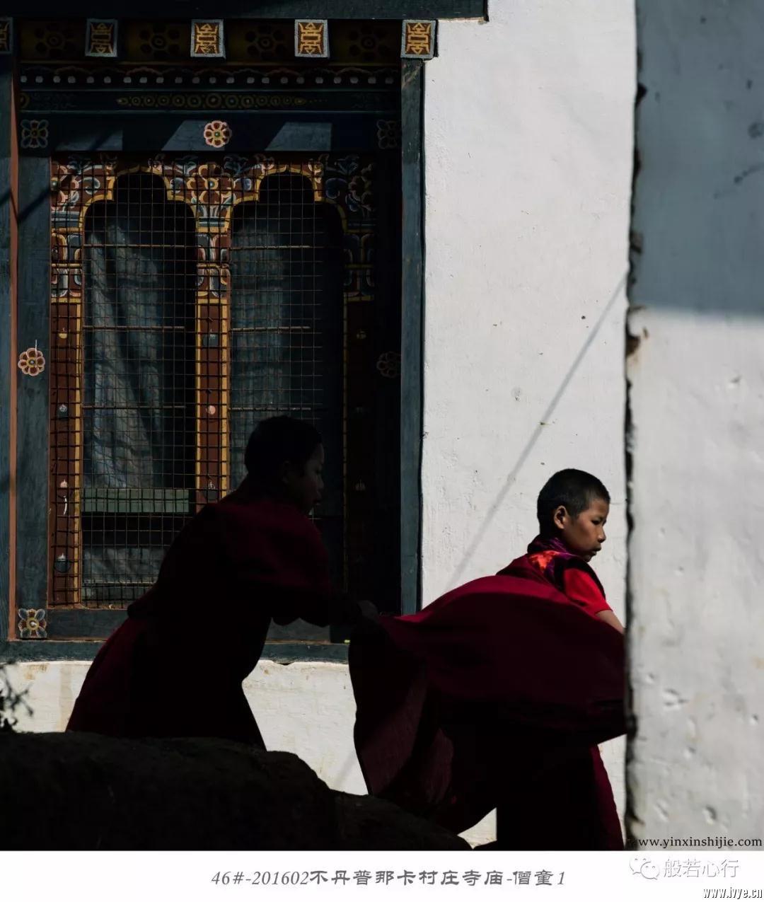 46#-201602不丹普那卡村庄寺庙-僧童1.jpg