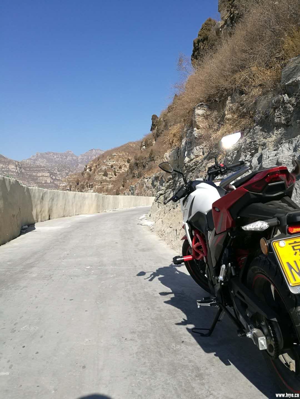 窄路凸显摩托的优势