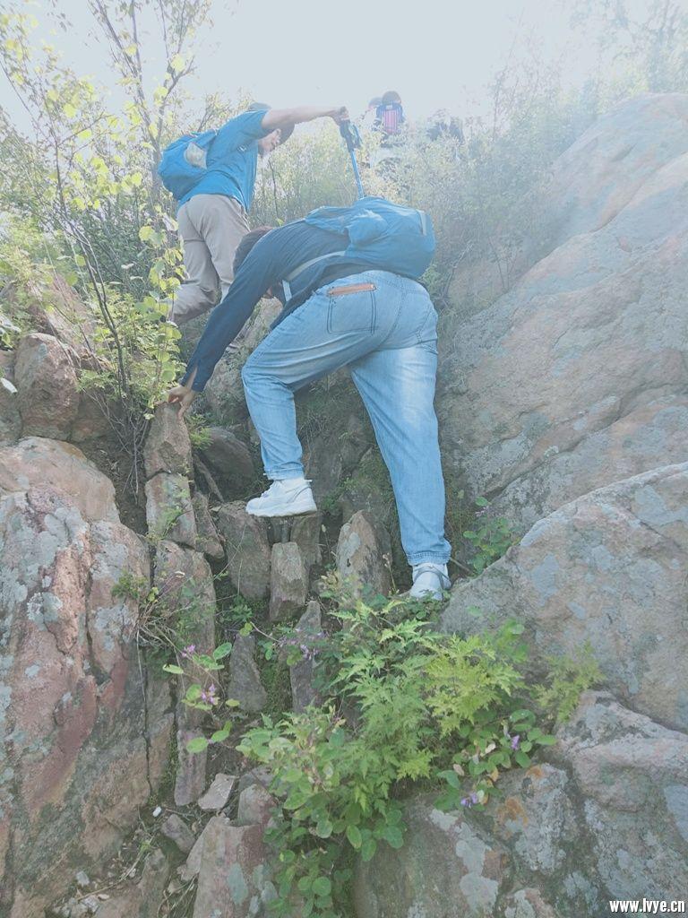 山石中前进