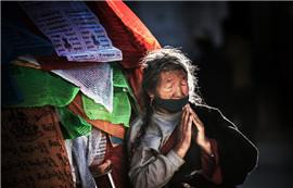 《大昭寺祈祷的老人》——叶子映像