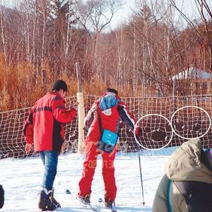 """滑雪者该如何""""安全?#19979;貳保?破洞防护网怎能保安全"""