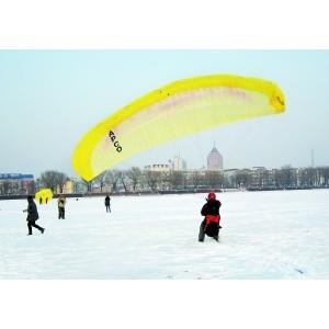 長春兩男子踩滑雪板拉滑翔傘兜風