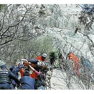 濟南驢友從400米山頂跌落 幸被石崖上樹枝攔下