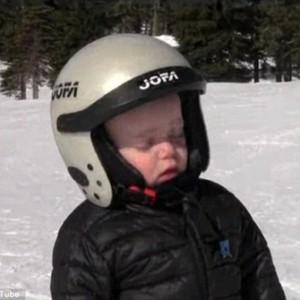 男孩滑雪打盹摔倒 可愛模樣令人捧腹