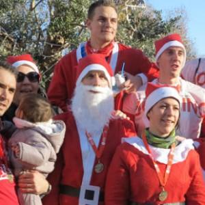 法國數千名圣誕老人街頭長跑迎節日