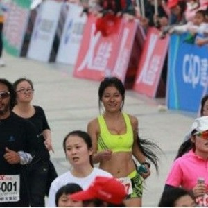 最美馬拉松女孩走紅稱要跑100個全程