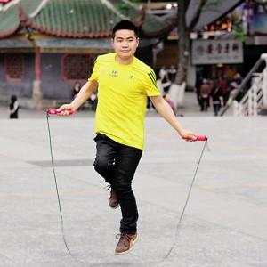重慶小兒麻痹癥小伙單腿蹦完馬拉松感動網友