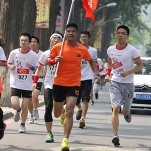 陳盆濱攜手榮耀超級馬拉松 與高校學子共同奔跑