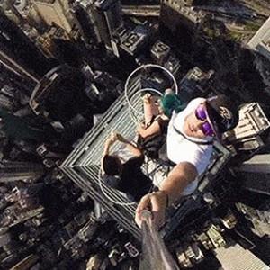 港青年攀346米高楼吃香蕉自拍 被指欠考虑
