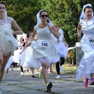 """波蘭""""新娘""""婚紗配跑鞋 做慈善一路狂奔"""