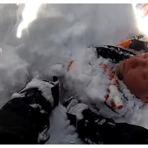 美国男子登山遇雪崩被埋 摄像头记录惊险过程