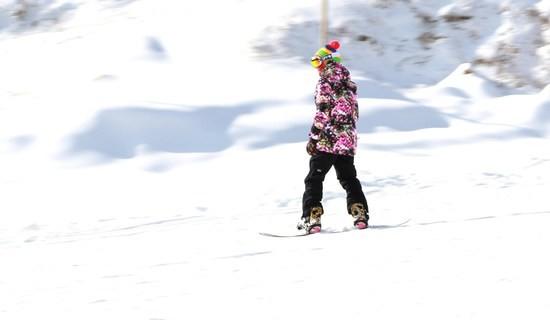 孙楠组建音乐圈滑雪队 携女儿助威冬奥会