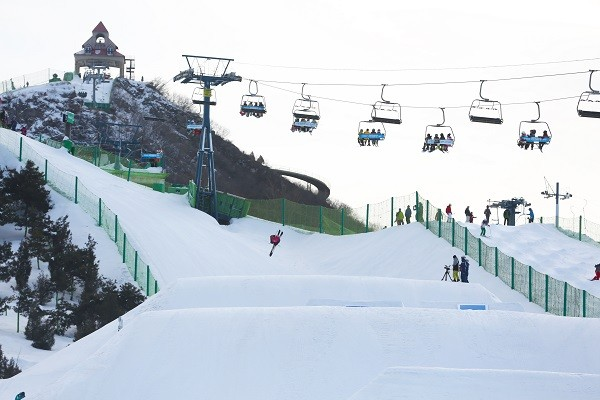 突破极限 第2届南山自由滑雪双板公然赛完善闭幕