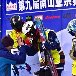 冬运会亚军助阵南山业余猫跳滑雪比赛