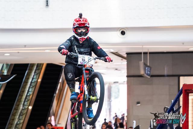 女車手飛車空降!2018戰馬自行車速降巡回賽點燃春城